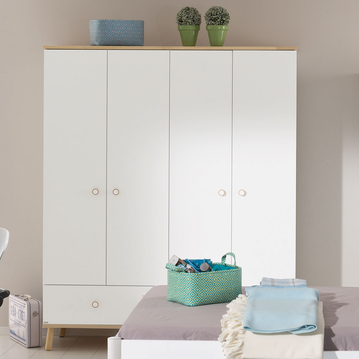 paidi ylvie kleiderschrank 4 t ren 1 schubkasten. Black Bedroom Furniture Sets. Home Design Ideas